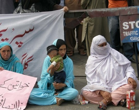 A worker carrying her child during the protest demonstration. Photo: Mon Digital