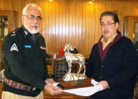 IG Bhatti presented a souvenir to the Chief Minister