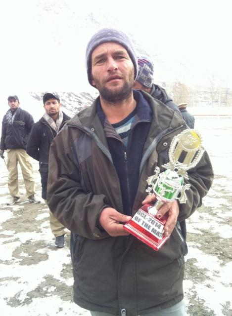 Hidayat Shah holding his trophy as man of the final match