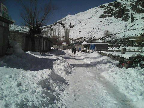 Snowfall disrupts life in Phandar Valley