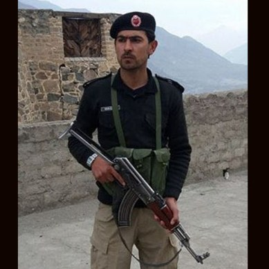 Policeman jumps in the Indus River to recapture a fleeing detainee