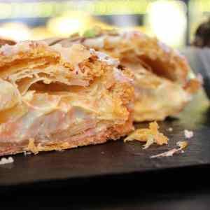 Triángulo_de_Hojaldre_Chocolate_blanco_cubierto_y_relleno_sin_gluten_Con_Lactosa