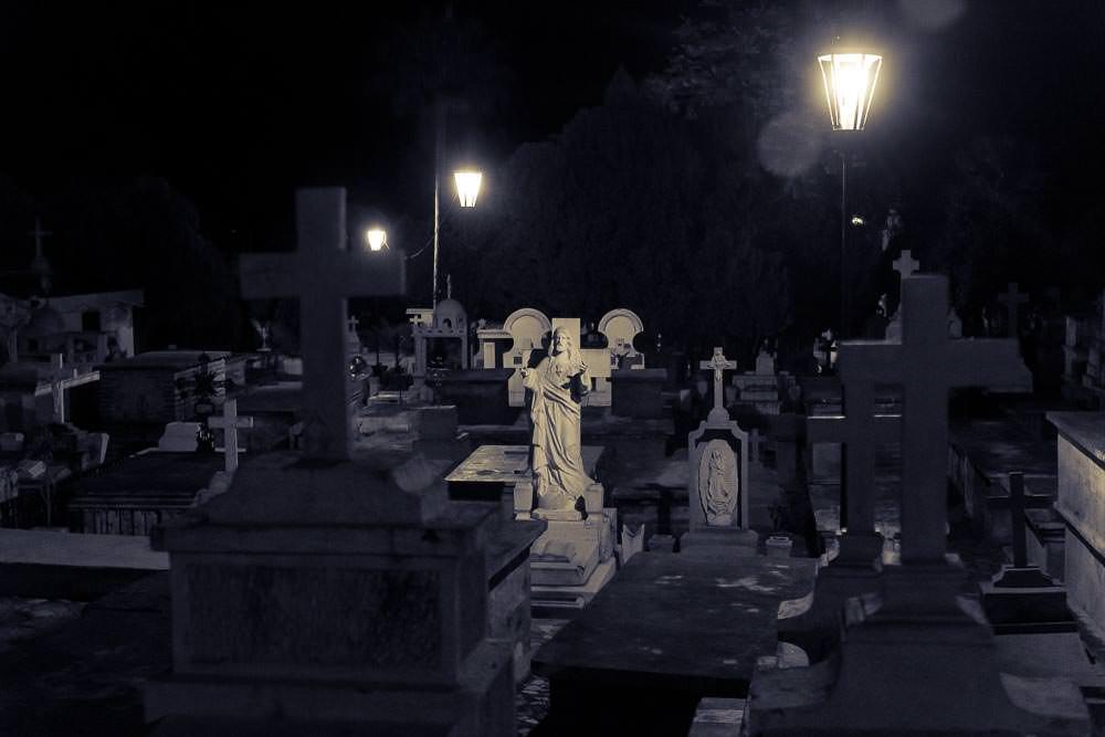 Álamos by night.