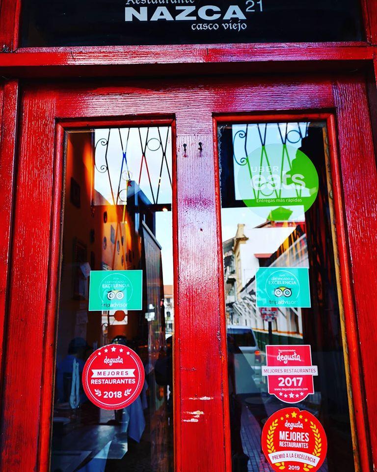 Las puertas del Restaurante Nazca 21 tienen todos los premios que han ganado