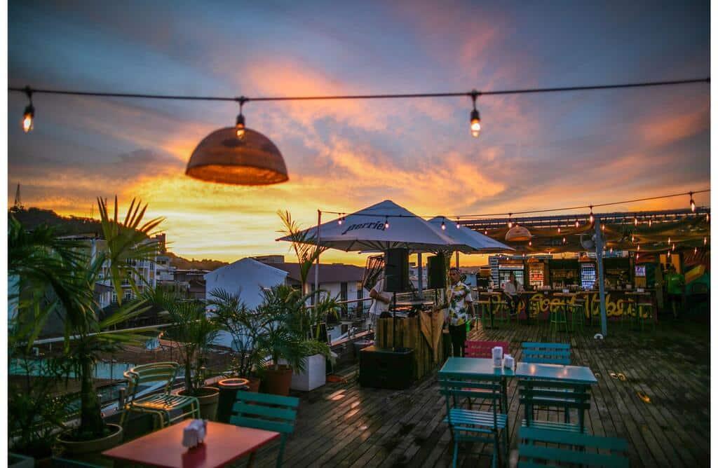 puesta de sol en la azotea de Selina Casco Viejo