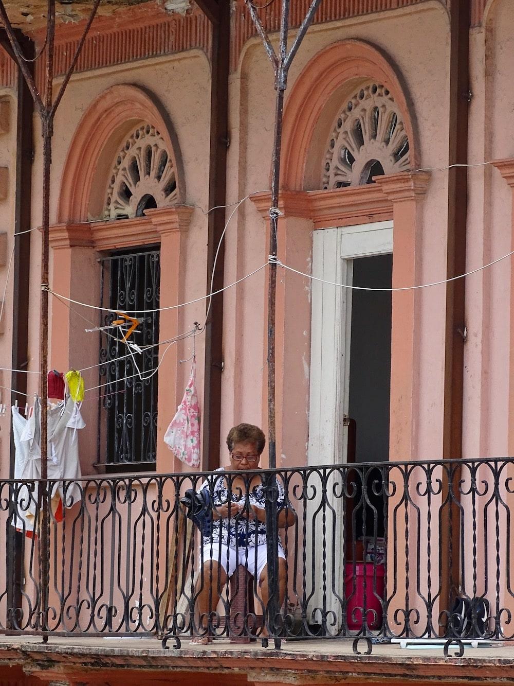 Mujer sentada en su balcón en el Casco Viejo de Panamá