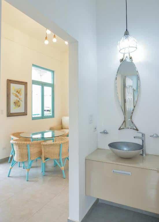 Lavabo en el baño y mesa de comedor del apartamento 2A en Flor de Lirio