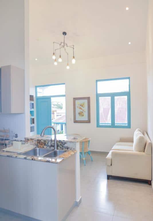 Cocina y sala de estar del apartamento 1A en Flor de Lirio Casco Viejo