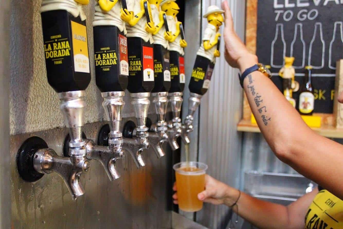 las cervezas están en grifos en la rana dorada casco viejo