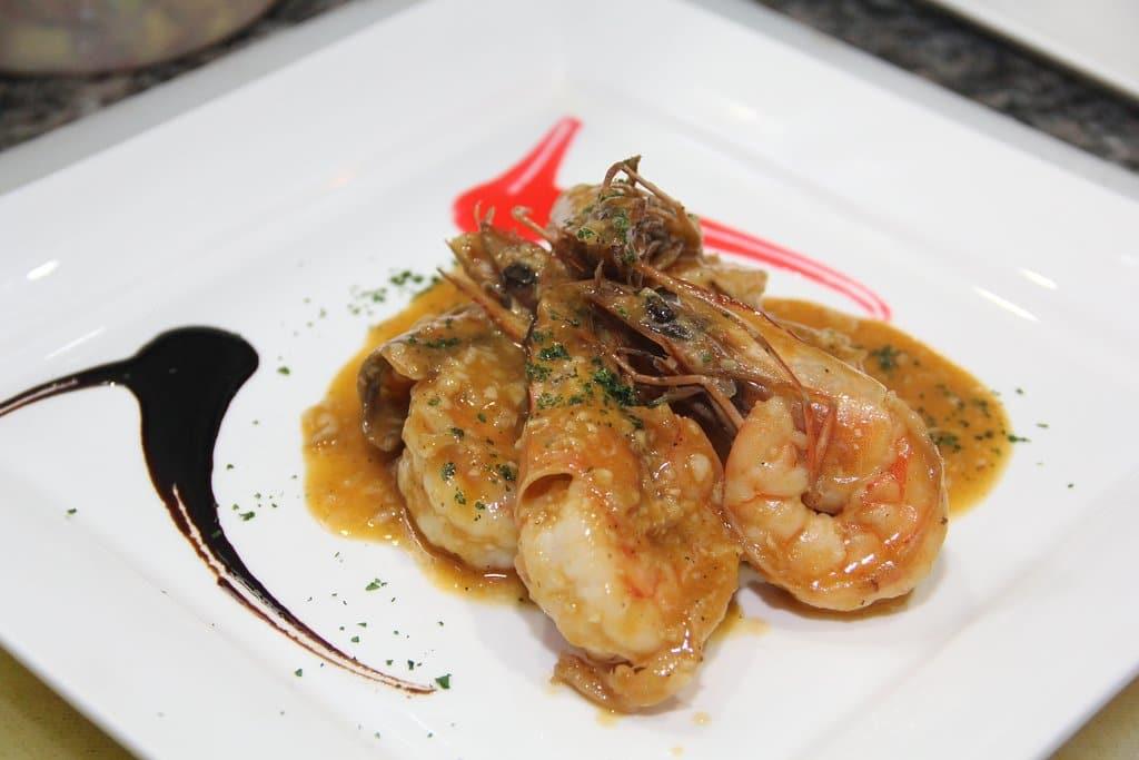 garlic shrimp at coliseum restaurant in casco viejo