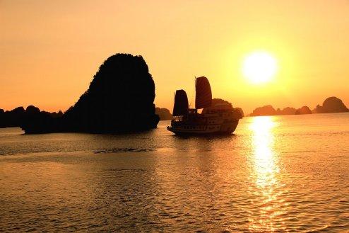 19.sunset halong bay_vietnam
