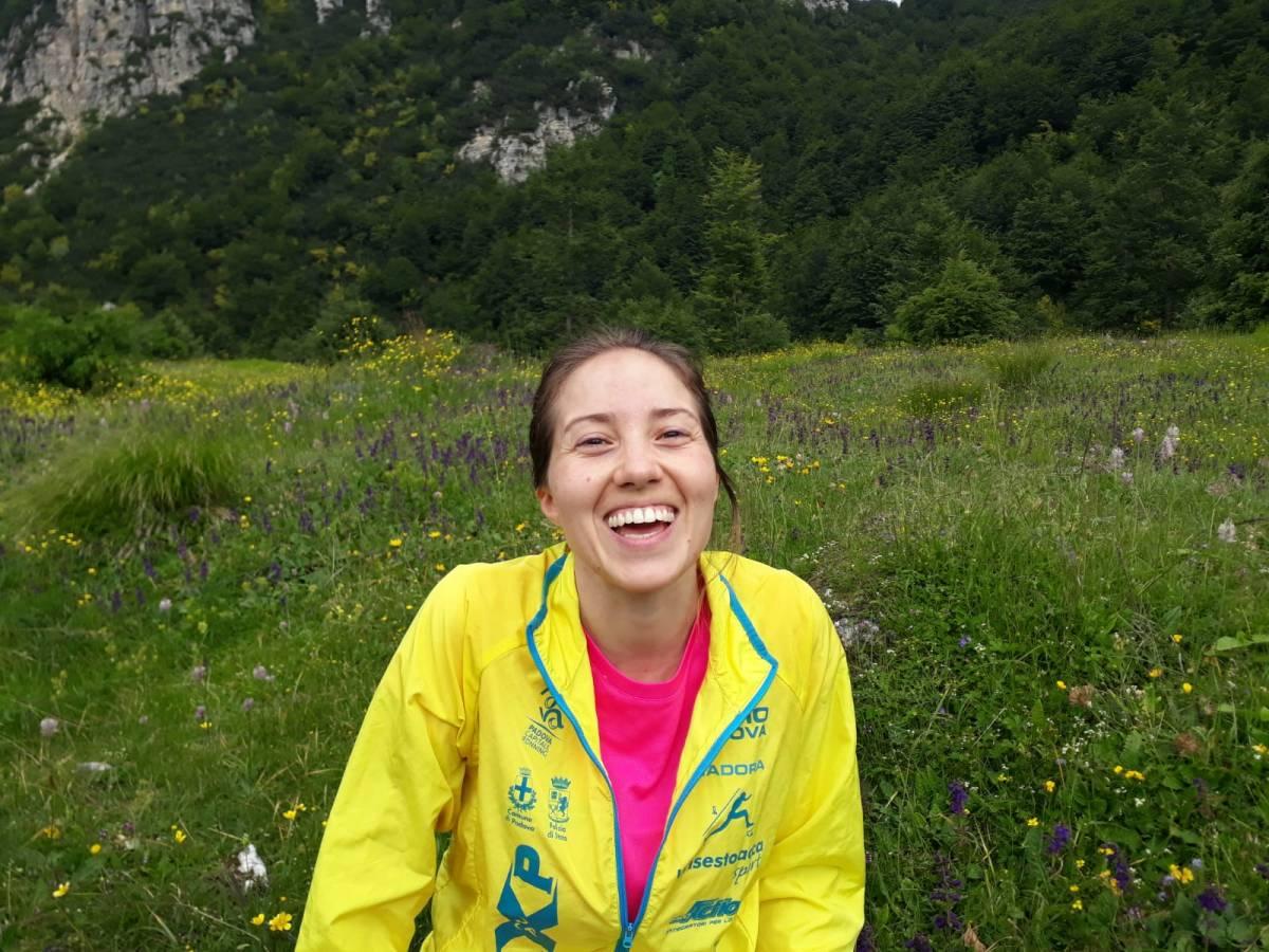 montagna prato pieno di fiori