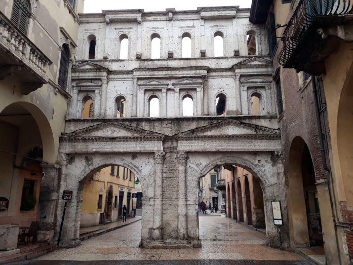 Prima Porta Iovia, dedicata a Giove, poi porta di San Zeno e infine Porta Borsari