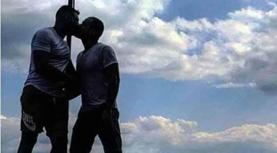 Σάλος με αξιωματικό που φιλιέται με μετανάστη μπροστά στην ελληνική σημαία (pic)   panathinaikos24.gr