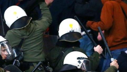 Χαμός στο Γκάζι: Χημικά και κυνηγητό των ΜΑΤ με οπαδούς του Άγιαξ! (vid) | panathinaikos24.gr