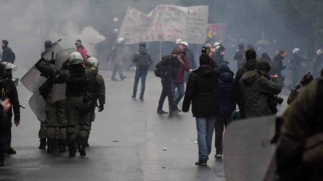 Φωτιές και οδοφράγματα στα Εξάρχεια -Κουκουλοφόροι ανεβαίνουν σε ταράτσες | panathinaikos24.gr