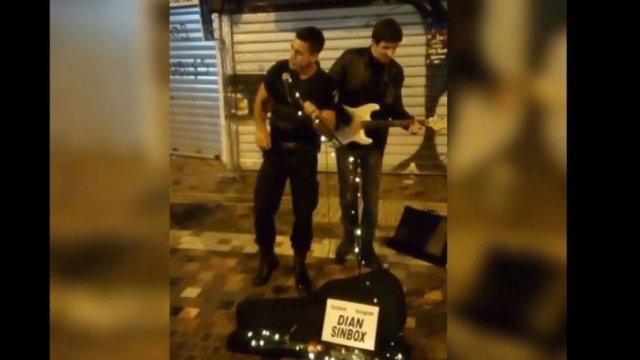 Αστυνομικός στο Μοναστηράκι πήρε το μικρόφωνο από καλλιτέχνη του δρόμου και είπε το Stand By Me (vid) | panathinaikos24.gr