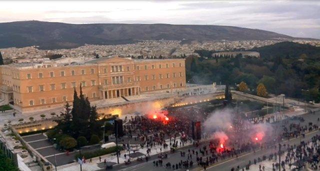 Οπαδοί Ολυμπιακού έξω από τη Βουλή: «Κράτος είναι ο Ολυμπιακός!»   panathinaikos24.gr