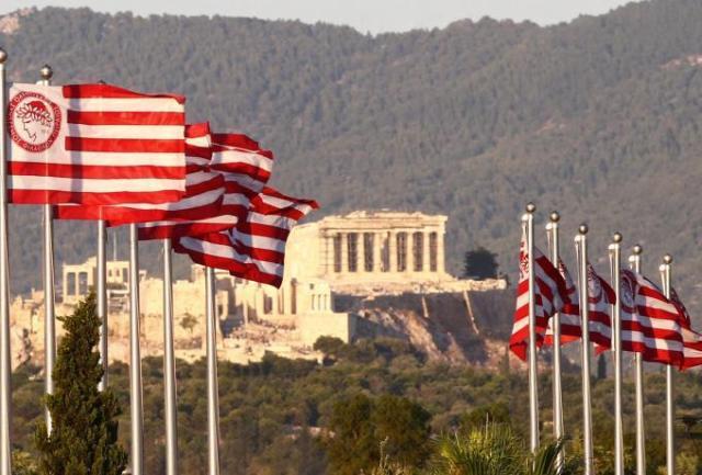 Δεν είναι μόνο η Ακρόπολη: Τα 6 απίθανα μέρη που ταξίδεψε η σημαία του Ολυμπιακού όσο #menoumespiti (pics) | panathinaikos24.gr