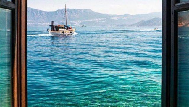 Ρίχνει τις τιμές του κατά 50% και βάζει δωρεάν πλοίο: Tο πανέμορφο ελληνικό νησί που βάζει τα γυαλιά στην Ευρώπη (Pics) | panathinaikos24.gr