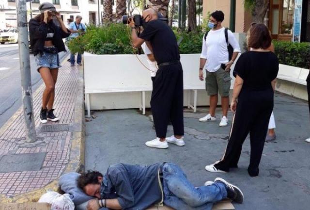 Σάλος με τον κριτή του GNTM που έκανε φωτογράφιση δίπλα σε άστεγο (pic) | panathinaikos24.gr