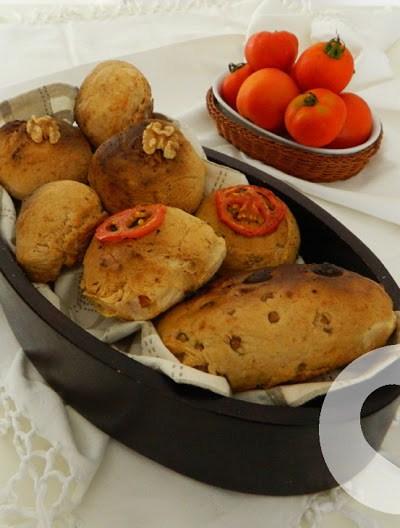 Panini senza glutine con pomodorini, noci e rosmarino