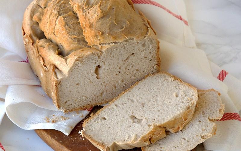Pane integrale senza glutine con macchina del pane
