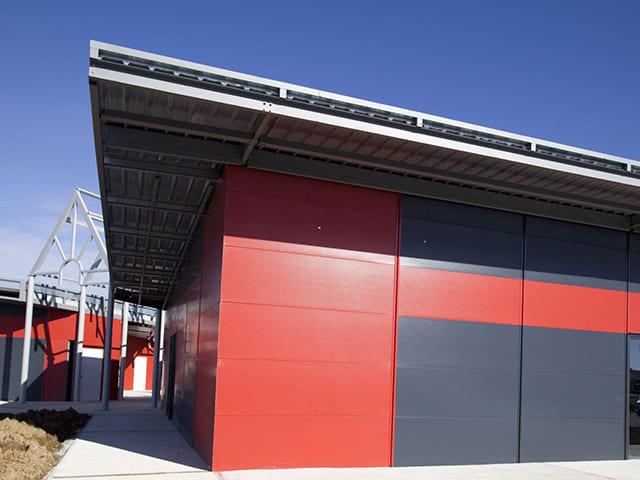 Panel Fachada Oculta para revestimiento de paredes color blanco y rojo