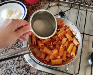 rigatoni-sarten-agua-pasta-amatriciana