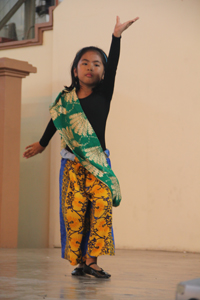 """Roni, sic years old in """"Ano ang Pangalay?"""" dance demonstration"""