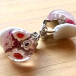 No.4-2 ガラスのイヤリング(ピンク x ホワイト) … ¥1,400 (大きさ:約1.2cm)(ガラス) (金属アレルギー非対応)