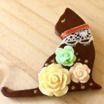 No.16-7 華猫ブローチ(お座り) … ¥500 (革・フェルト)(レース・ラインストーン)(大きさ:6cm x 5cm)