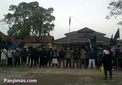 Laskar Al-Manar Cirebon Segel Gudang Miras di Jatibarang
