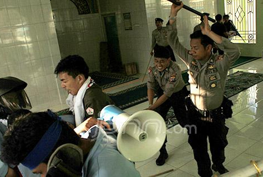 Biadab! Tanpa Melepas Alas Kaki Aparat Polisi Kejar & Pukuli Mahasiswa di Dalam Musholla