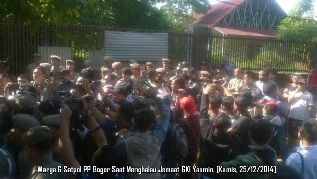 Warga & Satpol PP Bogor di GKI Yasmin
