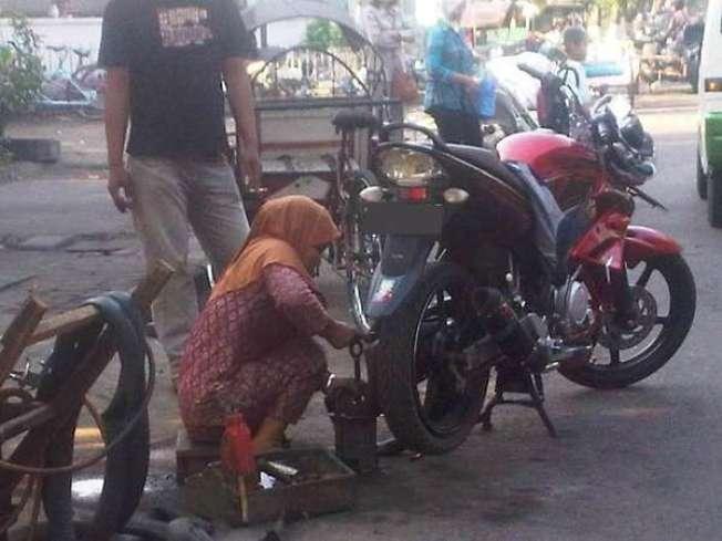 wanita tukang tambal ban