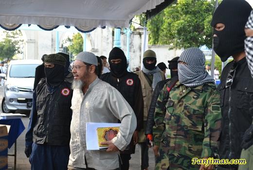 Ust Farid Okbah Dikawal Laskar Islam Solo 1