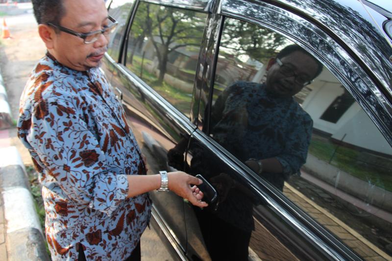 Ustadz Abu Deedat menunjukkan pintu mobilnya yang sempat diganjal batu oleh perampok, sehingga ia tak bisa keluar