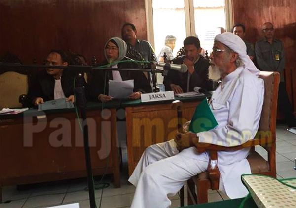 Ustadz Abu Bakar Ba'asyir Bacakan Pernyataan Sikap Ulama Rabbani di Persidangan