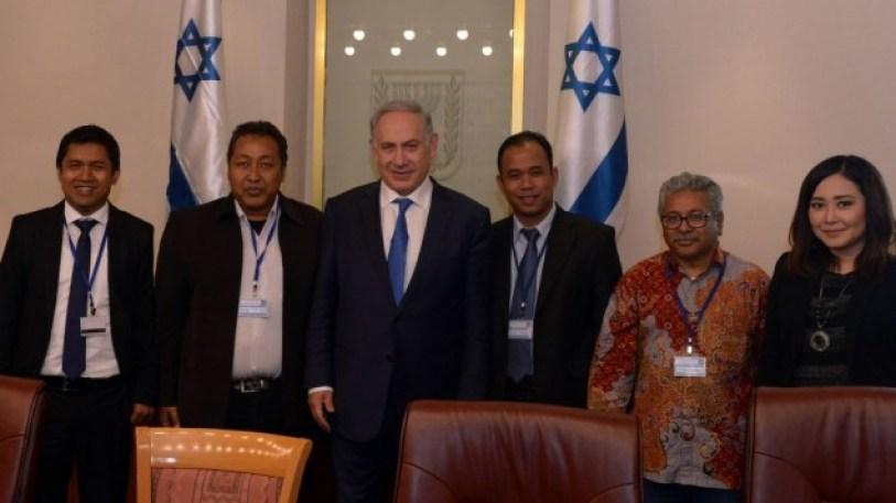 Wartawan media mainstream selfie baren jagal pembantai Zionis Israel, Benjamin Netanyahu
