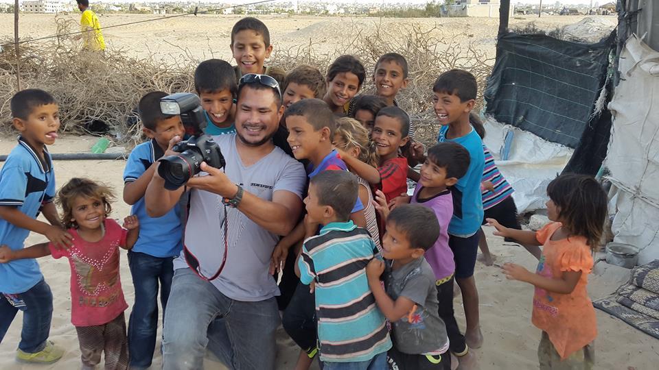 Abdillah Onim, wartawan Muslim yang menetap di Gaza, Palestina, selfie bareng anak-anak Gaza