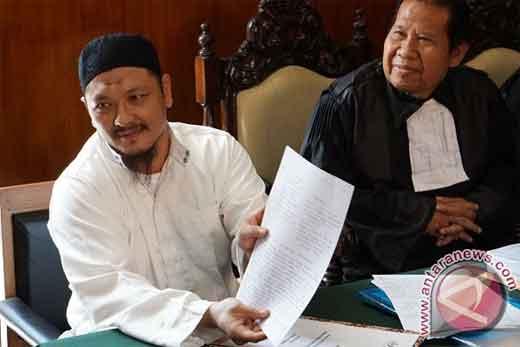 Terpidana mati kasus narkoba Freddy Budiman (kiri), menunjukkan surat permohonan tobat nasuha pada sidang PK di Pengadilan Negeri Cilacap, Jawa Tengah, Rabu (25/5/2016). Dalam sidang tersebut, Freddy Budiman membacakan surat tobat yang berisi permohonan maaf dan kesiapan untuk menerima segala konsekuensi atas kejahatan yang telah dilakukannya. (ANTARA FOTO/Idhad Zakaria)