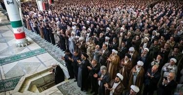 Doa saat sholat Jum'at di Teheran Iran (sumber foto : Wikipedia)