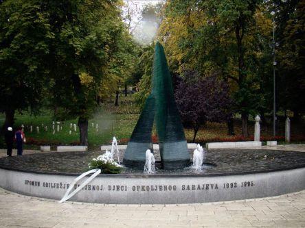 Park Miejski- ulica Marszałka Tito. Pomnik ku czci zabitych dzieci w czasie oblężenia Sarajewa w latach 1992-1995