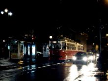 Wieczorny spacer, ulica Telali. Tramwaj typu Bombardier SGP E1
