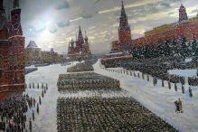 Dekoracje na ścinach sal wystawowych.Defilada i wymarsz wojsk wprost na linię frontu. Moskwa 7 grudnia 1941 roku