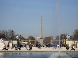Jardin des Tuileries- staw z fontanną, dalej kolumna na Placu Zgody