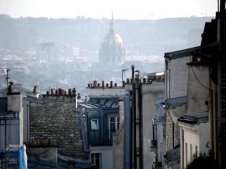 Panorama Paryża ze wzgórza Montmatre. W tle kopuła Hotelu Inwalidów