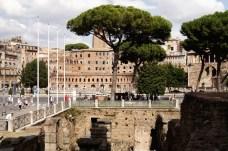 W dali hale targowe Trajana -Mercati Traianei