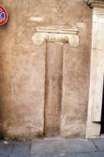 Antyczna kolumna wmurowana w budynek